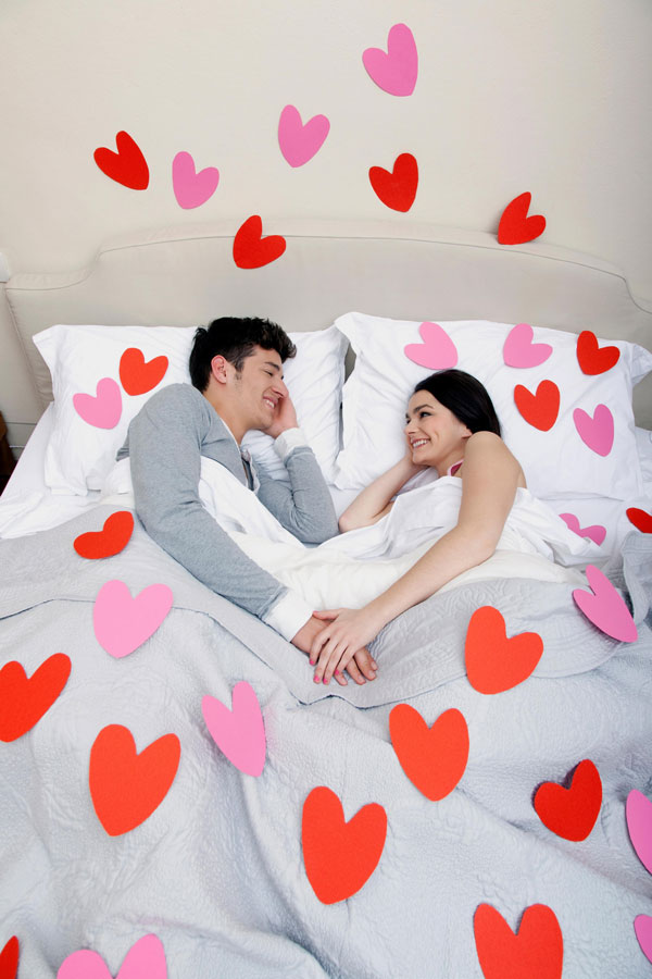 kika5011583_heart-shapes-on-bedclothes-Couple-in-bed