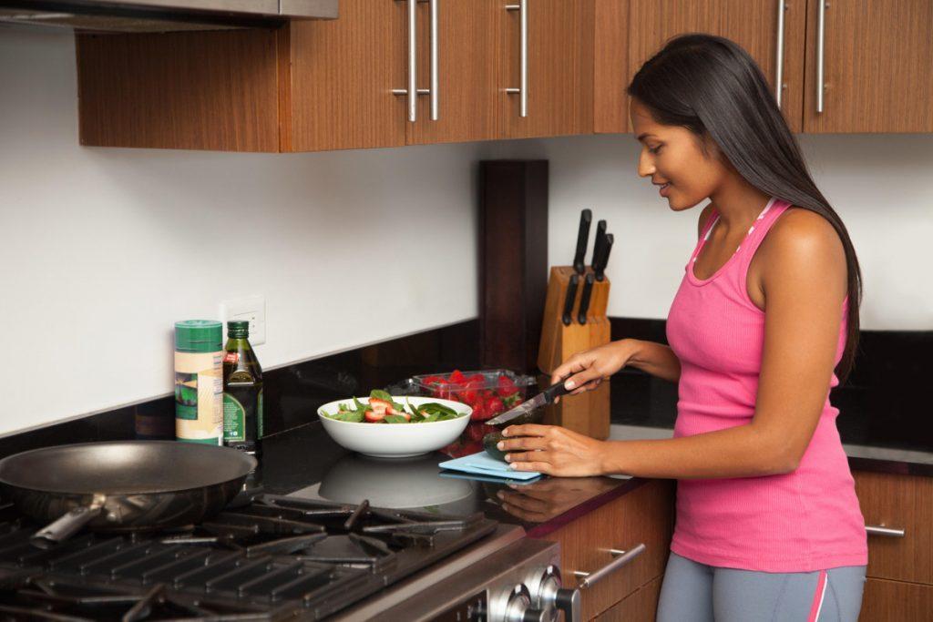 kika5015675_Woman-preparing-salad-in-kitchen-1024x683