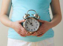 kika5026640_Pregnant-woman-holding-clock-e1553078007236