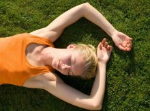 kika5023731_Woman-lying-on-grass-min (1)