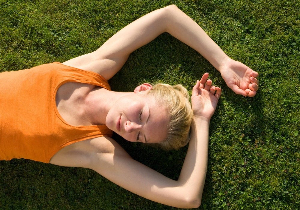 kika5023731_Woman-lying-on-grass-min (1)
