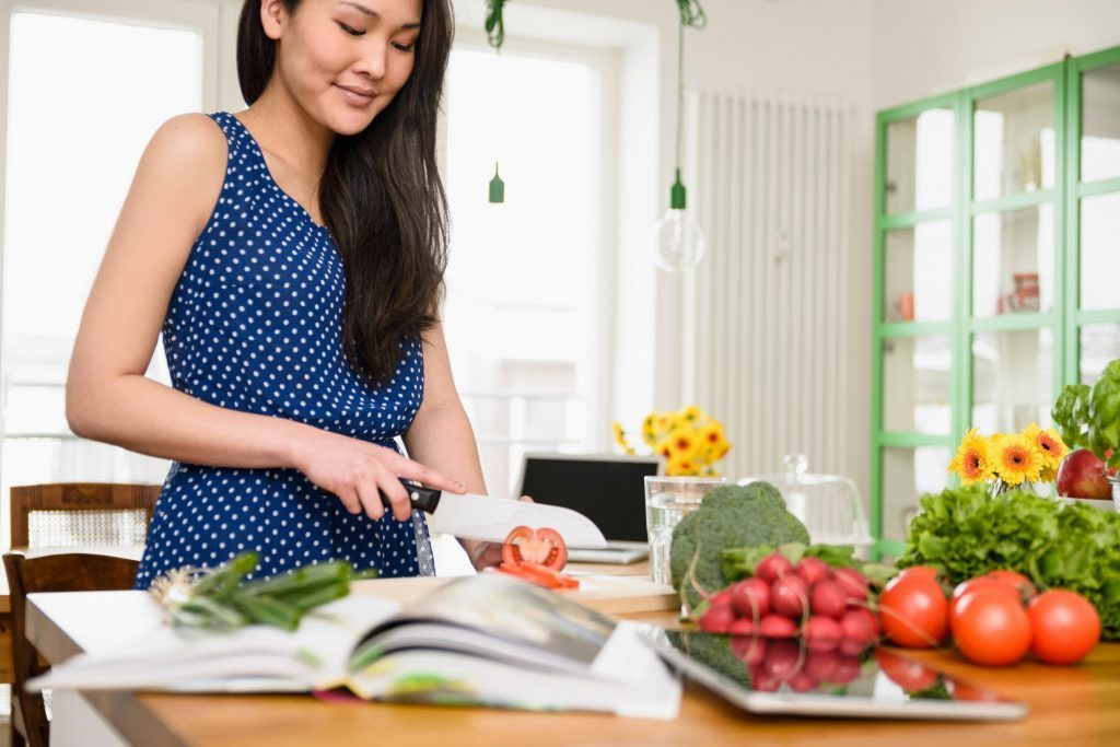 kika5004930_Woman-slicing-tomatoes-1024x683-1024x683