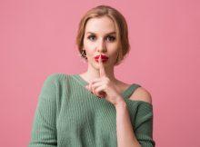 close-up-ritratto-di-giovane-donna-che-indossa-un-maglione-verde-con-labbra-rosse-sul-rosa_285396-155
